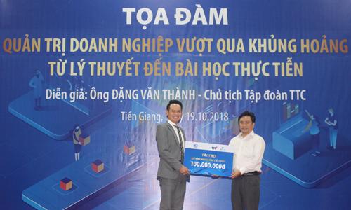 Trung ương Hội Doanh nhân trẻ Việt Nam tặng cho Quỹ khởi nghiệp thanh niên tỉnh Tiền Giang 100 triệu đồng.