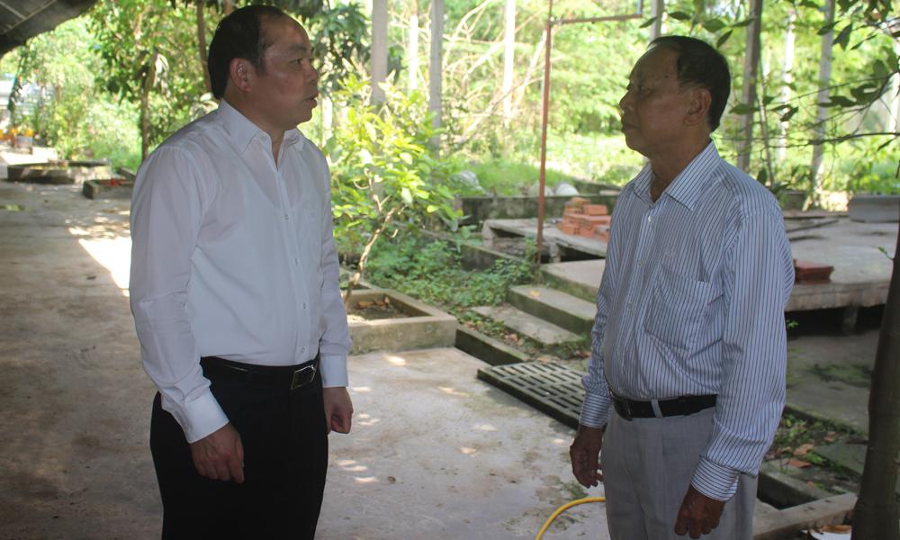 Chủ tịch Liên minh HTX Việt Nam Nguyễn Ngọc Bảo trao đổi với lãnh đạo HTX Chăn nuôi và Thủy sản Gò Công.