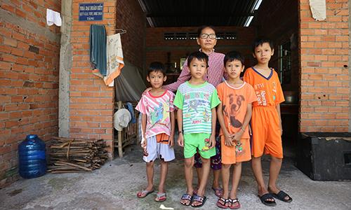 Bà nội cùng 4 đứa cháu nhỏ đang rất cần sự chia sẻ của mọi người