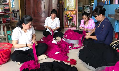Nhiều chị em phụ nữ phường 5, TX. Gò Công khởi nghiệp với mô hình may gia công.