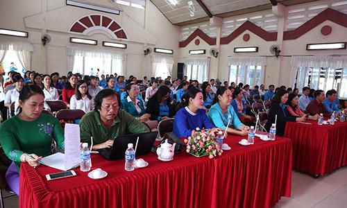 Đại biểu tham dự buổi họp mặt do LĐLĐ tỉnh tổ chức