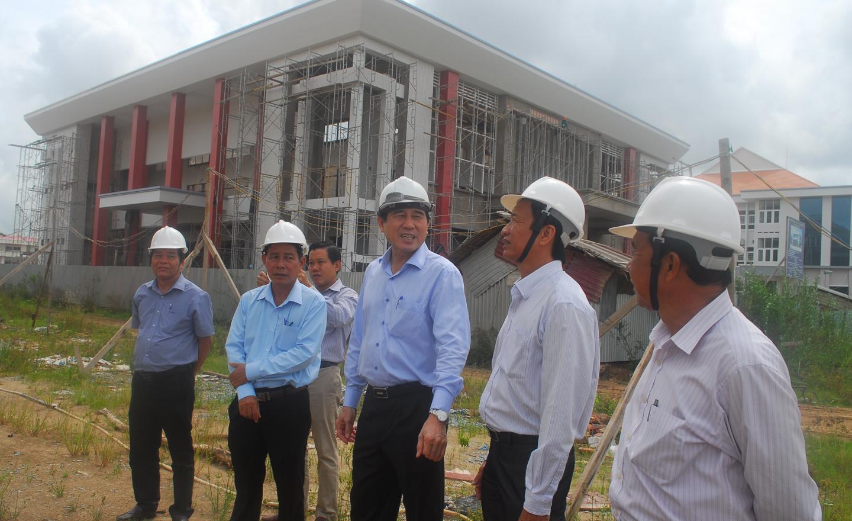Đồng chí Lê Văn Hưởng kiểm tra tiến độ xây dựng Dự án Hạ tầng kỹ thuật Khu Trung tâm hành chính huyện Cai Lậy.