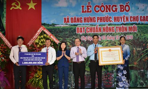 Lãnh đạo tỉnh trao Bằng công nhận xã đạt chuẩn NTM và Bảng tượng trưng công trình phúc lợi giá trị 1 tỷ đồng cho xã Đăng Hưng Phước.