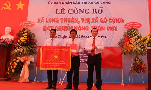 Chủ tịch UBND tỉnh tặng Cờ thi đua cho xã Long Thuận.