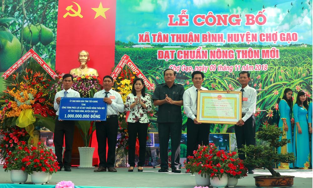 Trao Bằng Công nhận và công trình phúc lợi xã hội 1 tỷ đồng cho xã Tân Thuận Bình (huyện Chợ Gạo)