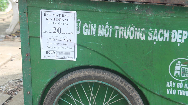 Các đối tượng dán quảng cáo, rao vặt bất kỳ đâu, ngay cả trên thùng rác công cộng.