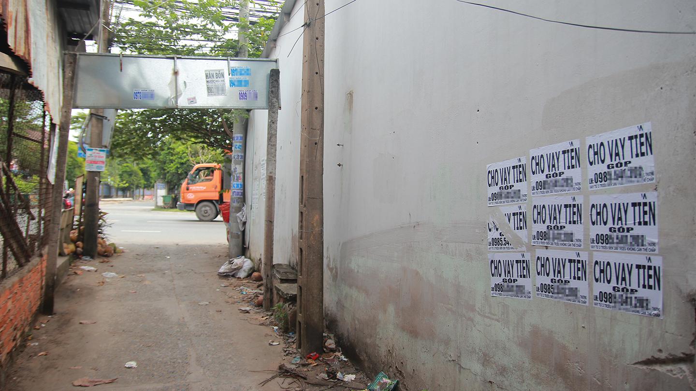 Khu vực cổng chào ấp Bình Tạo (xã Trung An, TP. Mỹ Tho) tràn lan các mẫu quảng cáo cho vay tiền.