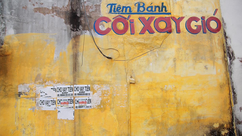 Căn nhà trên đường Lê Văn Phẩm (phường 4, TP. Mỹ Tho) nhiều lần xóa, gỡ giấy dán quảng cáo, rao vặt trên tường nhà mình.