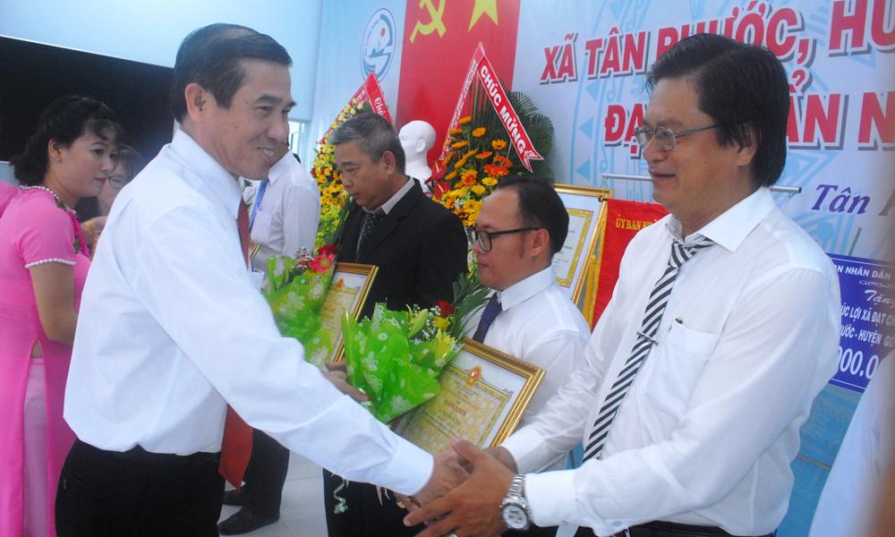 Đồng chí Lê Văn Hưởng trao Bằng khen của UBND tỉnh cho các cá nhân có nhiều đóng góp xây dựng NTM.
