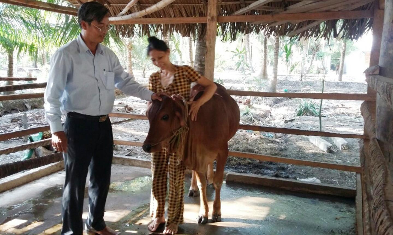Phó Chủ tịch Ủy ban MTTQ tỉnh Huỳnh Văn Hải kiểm tra Dự án Hỗ trợ bò  cho hộ nghèo ở xã Tân Thới (huyện Tân Phú Đông).