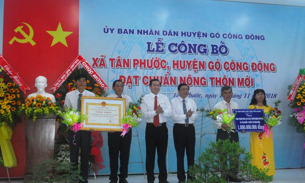 Đồng chí Lê Văn Hưởng và đồng chí Nguyễn Văn Thắng trao Bằng công nhận và công trình phúc lợi xã hội 1 tỷ đồng.