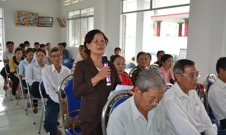 Cử tri xã Tân Hòa Thành (huyện Tân Phước) phát biểu ý kiến.