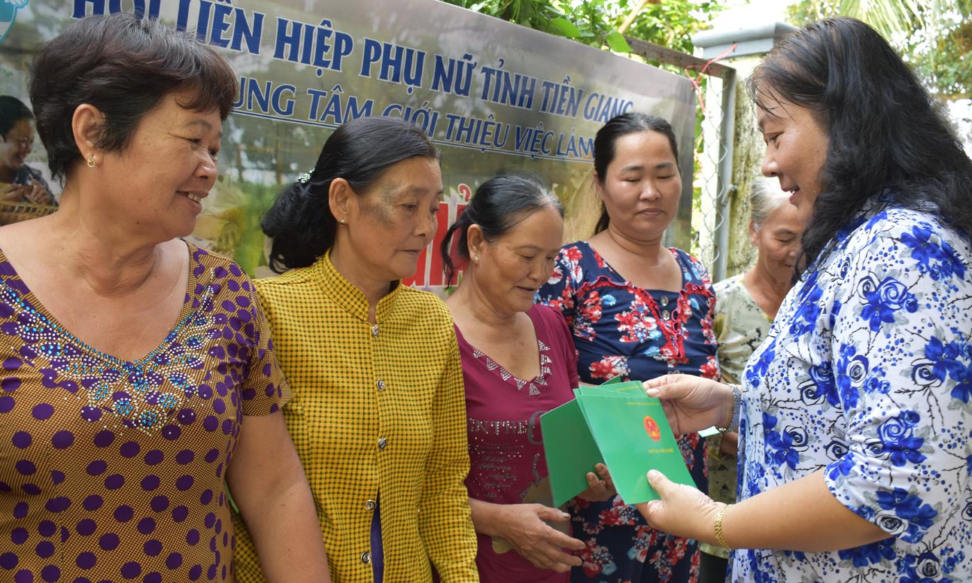 Đồng chí Nguyễn Thị Kiều Tiên trao chứng chỉ nghề cho các học viên