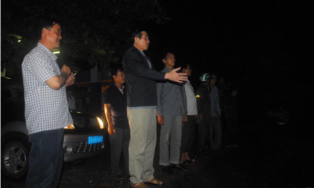 Chủ tịch UBND tỉnh Tiền Giang Lê Văn Hưởng kiểm tra công tác ứng phó bão trong đêm.