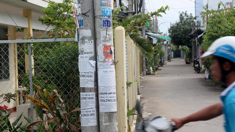 Các đối tượng dán quảng cáo trên trụ điện nằm trên đường Trừ Văn Thố (phường 5, TP. Mỹ Tho).