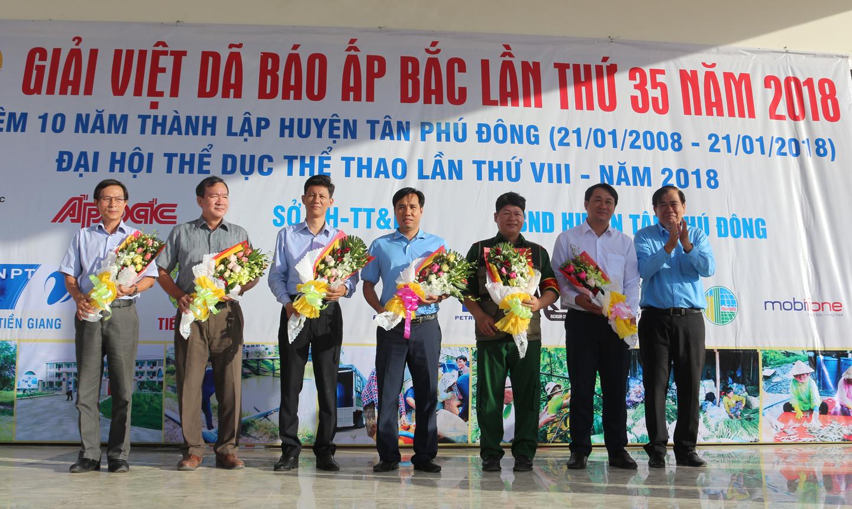 Giám đốc VNPT Tiền Giang Nguyễn Văn Thái, (người đứng thứ 2 từ trái sang), đơn vị tài trợ, nhận hoa từ Ban Tổ chức Giải Việt dã Báo Ấp Bắc lần thứ 35 - năm 2018.
