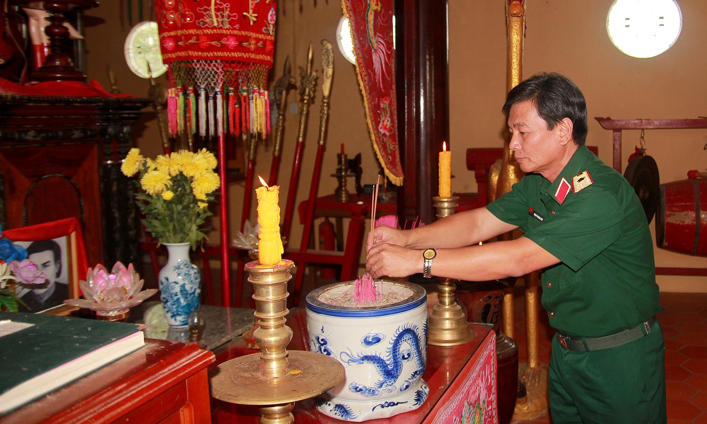Thiếu tướng Đoàn Thanh Xuân dâng hương tại Đền thờ Anh hùng dân tộc Trương Định.