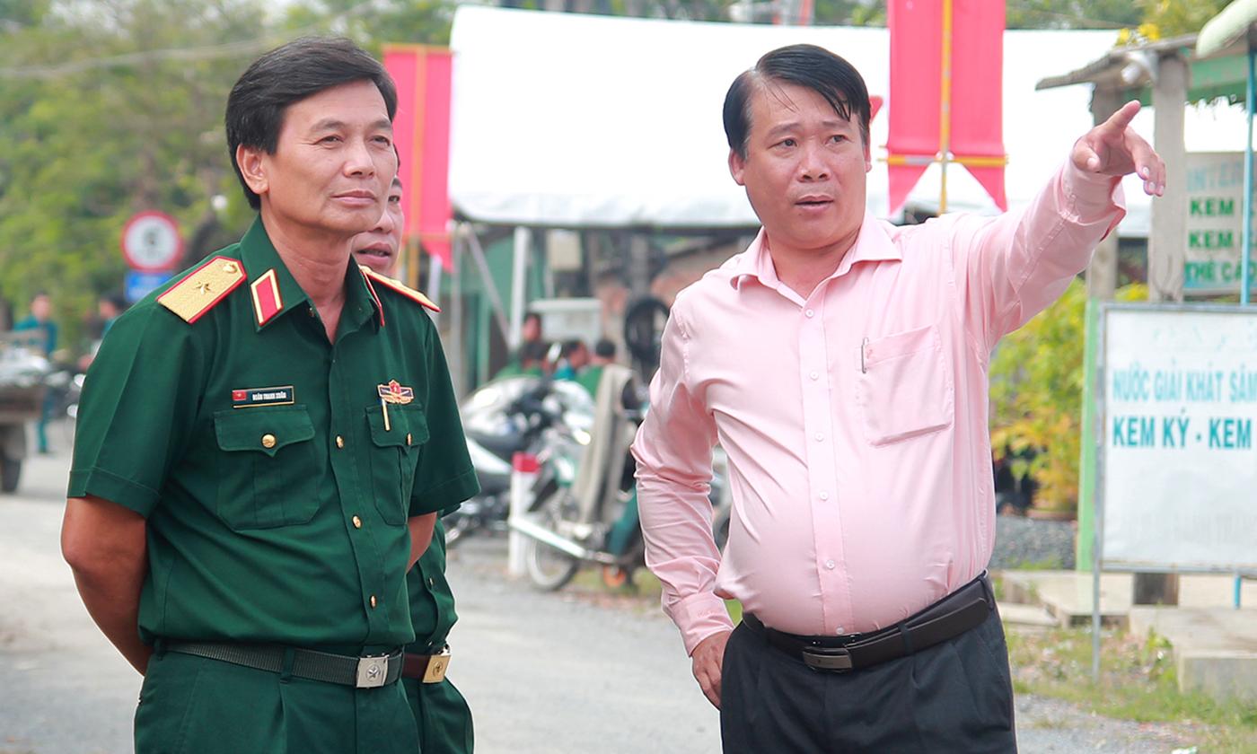 Thiếu tướng Đoàn Thanh Xuân trao đổi với đại diện Ban Quản lý dự án công trình.