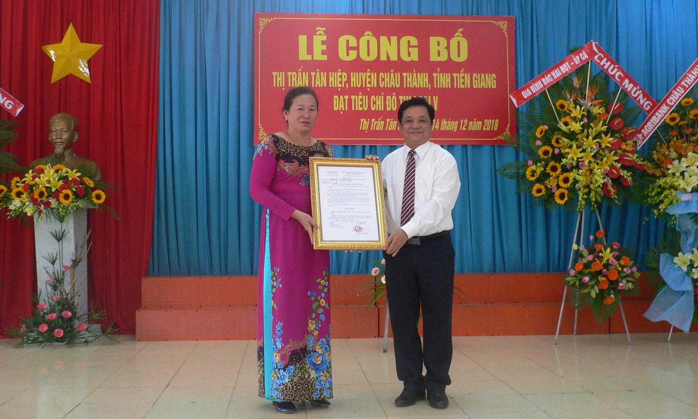 Ông Trương Minh Tới, Bí thư huyện ủy Châu Thành trao Quyết định  công nhận Thị trấn Tân Hiệp đô thị loại V