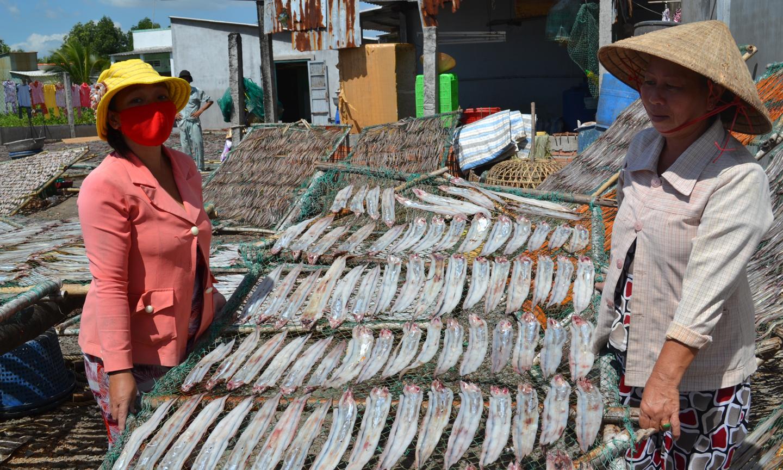 Bên cạnh giải quyết việc làm, Làng nghề cá khô Vàm Láng cũng đối mặt  với tình trạng ô nhiễm môi trường.