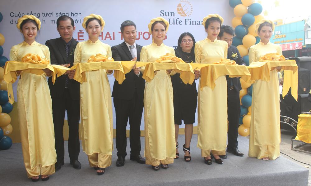 Cắt băng khai trương Văn phòng Tổng đại lý Sun Life - Tiền Giang.
