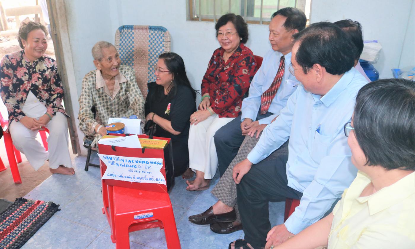 Các đồng chí thăm hỏi và tặng quà ông Nguyễn Hữu Hạnh (thứ hai từ trái sang).