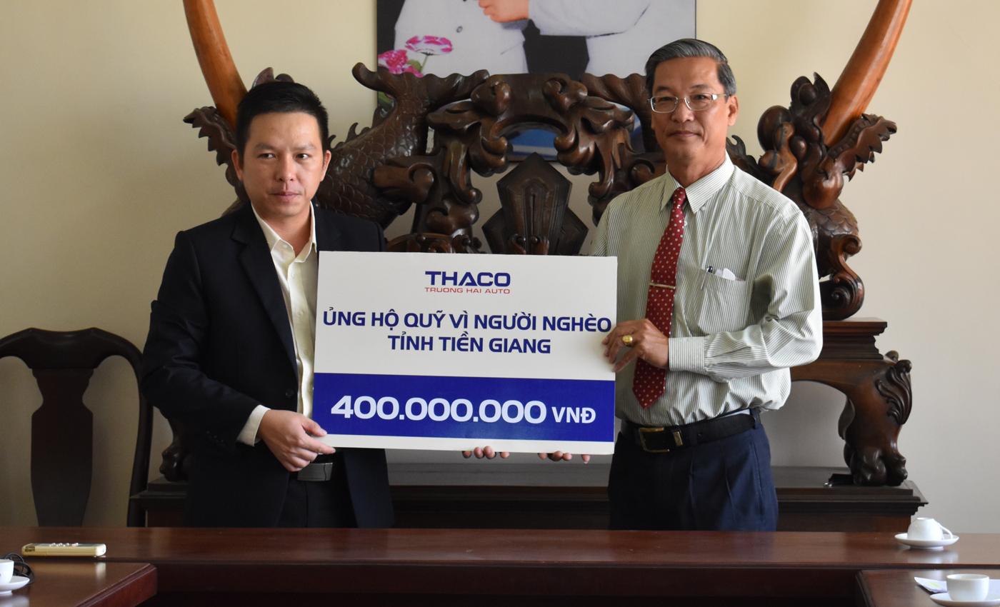 Trao bảng tượng trưng ủng hộ Quỹ Vì người nghèo