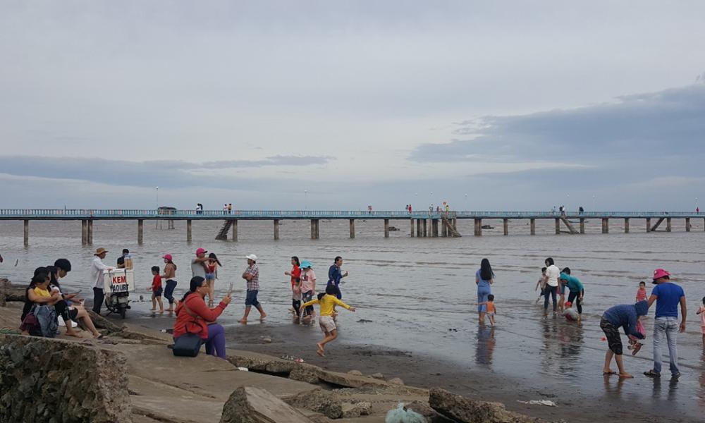 Ghi nhận tại biển Tân Thành (huyện Gò Công Đông), lượng khách đổ về không quá đông, chủ yếu là khách trong nước, nhưng cũng đủ làm cho nơi này trở nên sôi động.