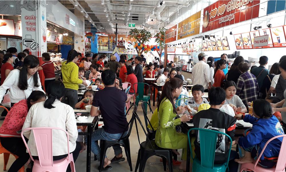 Người dân đến ăn uống tại Trung tâm thương mại Big C Go.