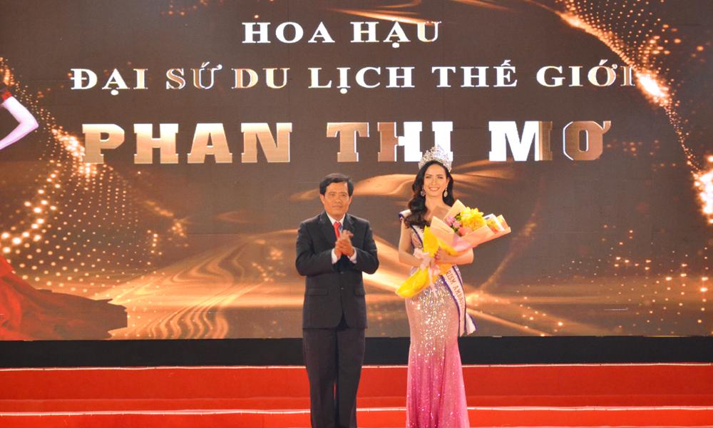 Tặng hoa cho Hoa hậu Đại sứ du lịch thế giới Phan Thị Mơ.
