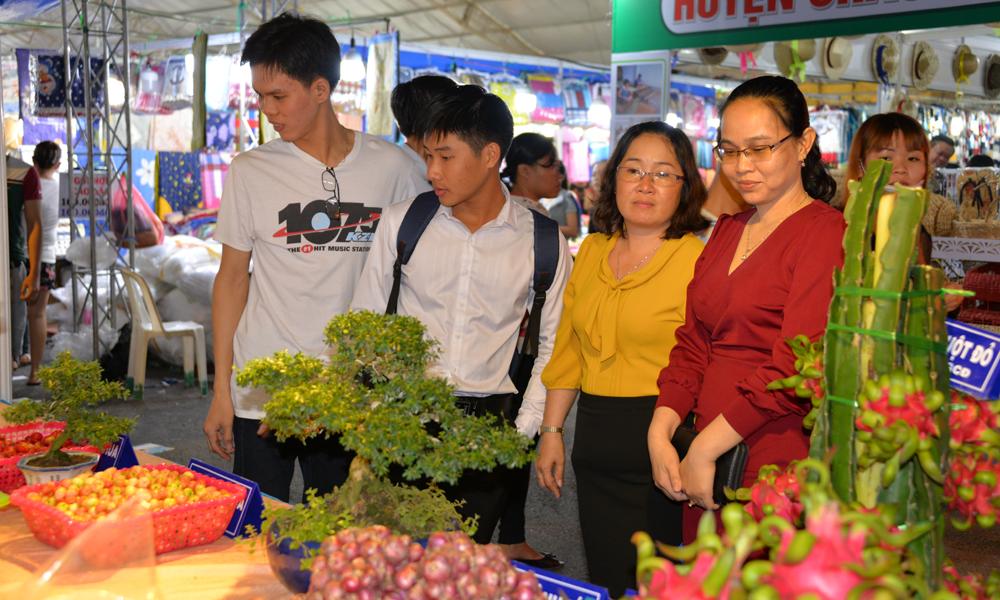 Người dân tham quan Hội chợ Thương mại - Du lịch.