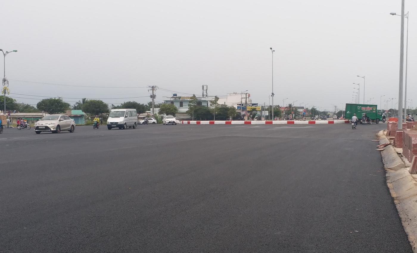 Người dân lo lắng việc mất an toàn giao thông tại bùng binh Hùng Vương giao quốc lộ 50