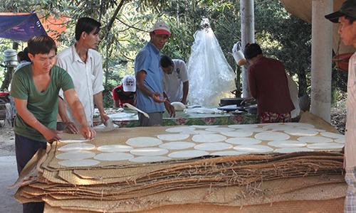 Sau khi cán bánh, bánh phồng sẽ được trải trên miếng đệm phơi nắng
