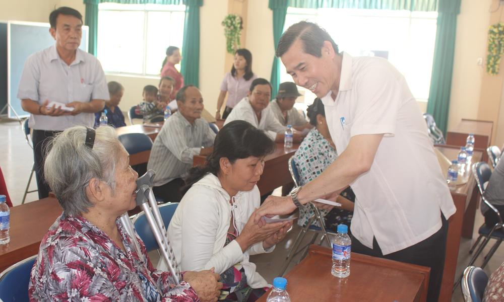 Lãnh đạo tỉnh tặng quà cho người dân ở xã Đạo Thạnh.