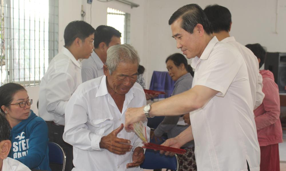Lãnh đạo tỉnh tặng quà cho người dân ở xã Phước Thạnh.