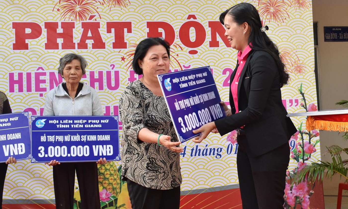 Trao bảng tượng trưng hỗ trợ phụ nữ khởi sự kinh doanh