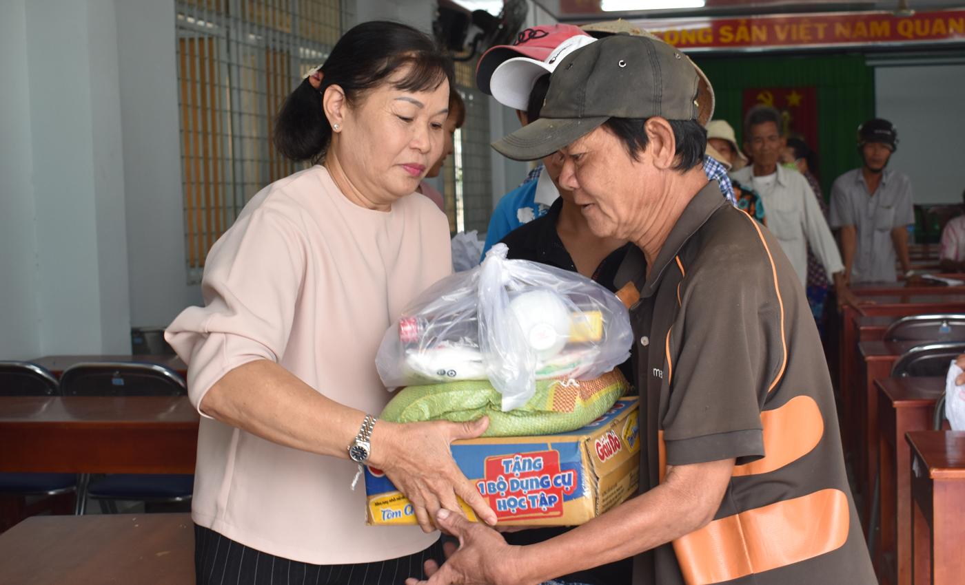 Quỹ từ thiện Lương Ngọc Kim trao quà cho người nghèo xã Tam Hiệp