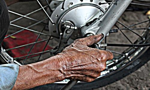 Bàn tay tuy nhăn nheo, lúc nào cũng bị vấy bẩn bởi dầu nhớt nhưng ông Long luôn được mọi người tôn trọng vì sống nghĩa tình, lương thiện.