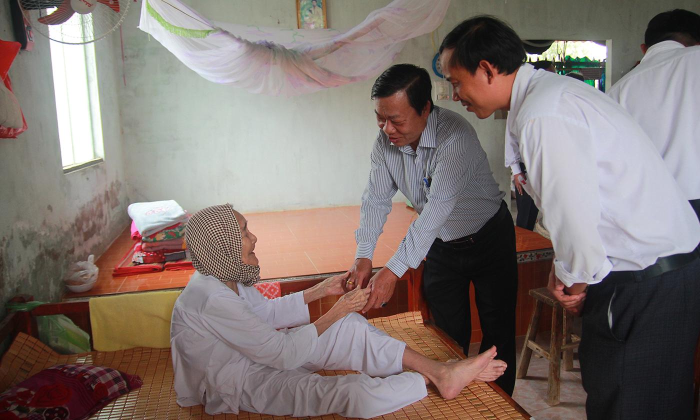 Đồng chí Nguyễn Ngọc Trầm thăm hỏi Mẹ Việt Nam Anh hùng Dương Thị Năm (xã Phú Tân, huyện Tân Phú Đông).