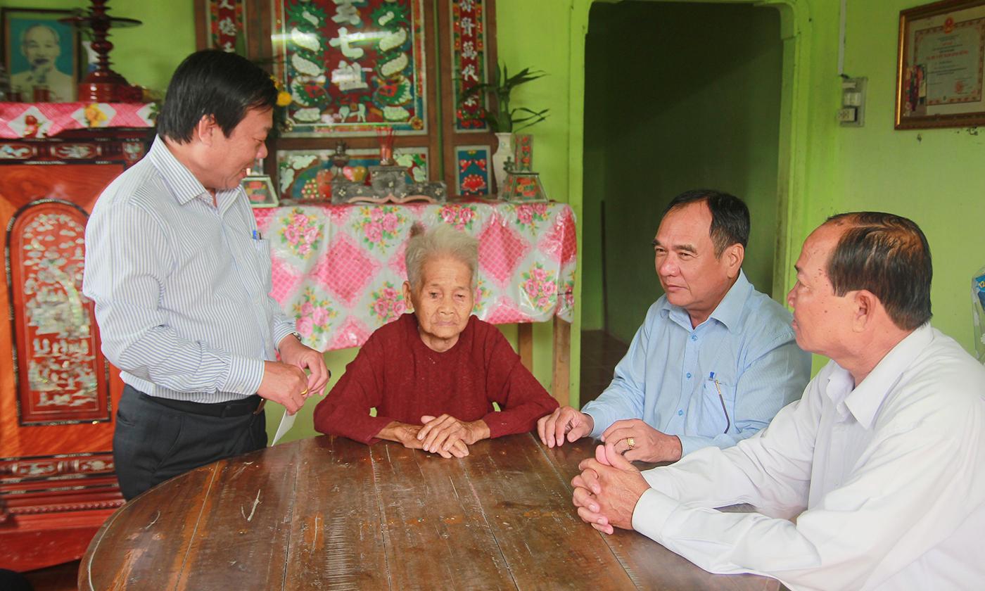 Đồng chí Nguyễn Ngọc Trầm thăm, chúc tết Mẹ Việt Nam Anh hùng Nguyễn Thị Sáu (xã Phú Tân, huyện Tân Phú Đông).