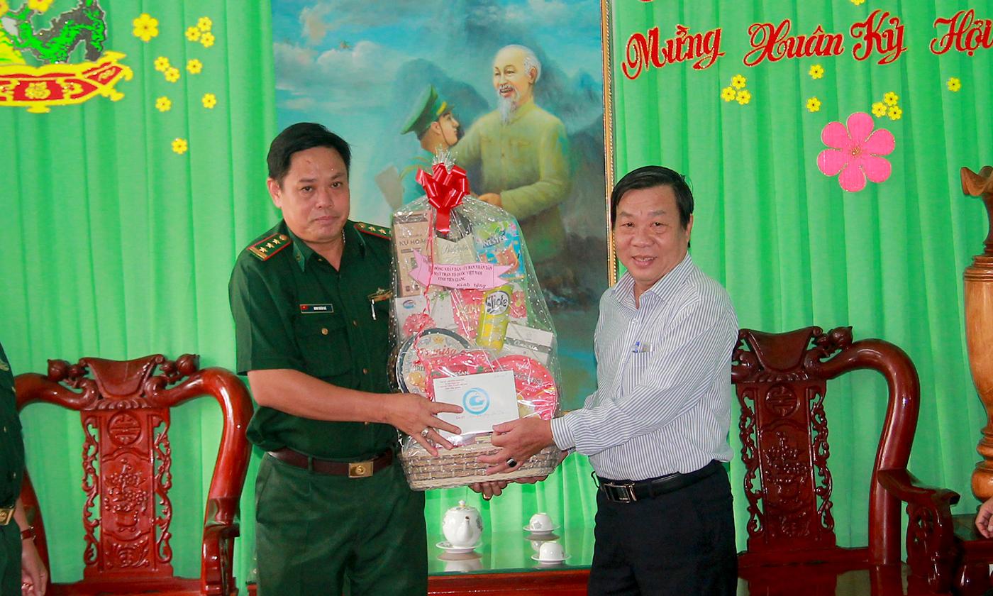 Đồng chí Nguyễn Ngọc Trầm tặng quà Đồn Biên phòng Phú Tân (huyện Tân Phú Đông).