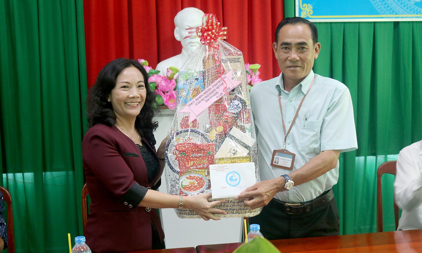 Đồng chí Nguyễn Thị Sáng tặng quà tết Cơ sở Cai nghiện ma túy tỉnh.