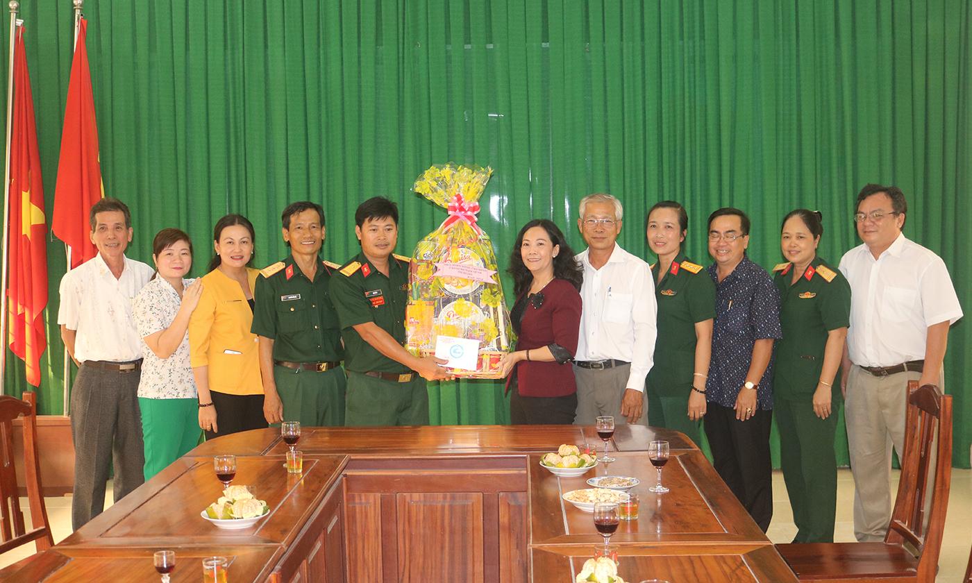 Đồng chí Nguyễn Thị Sáng chúc tết Kho 302 - Cục Kỹ thuật.