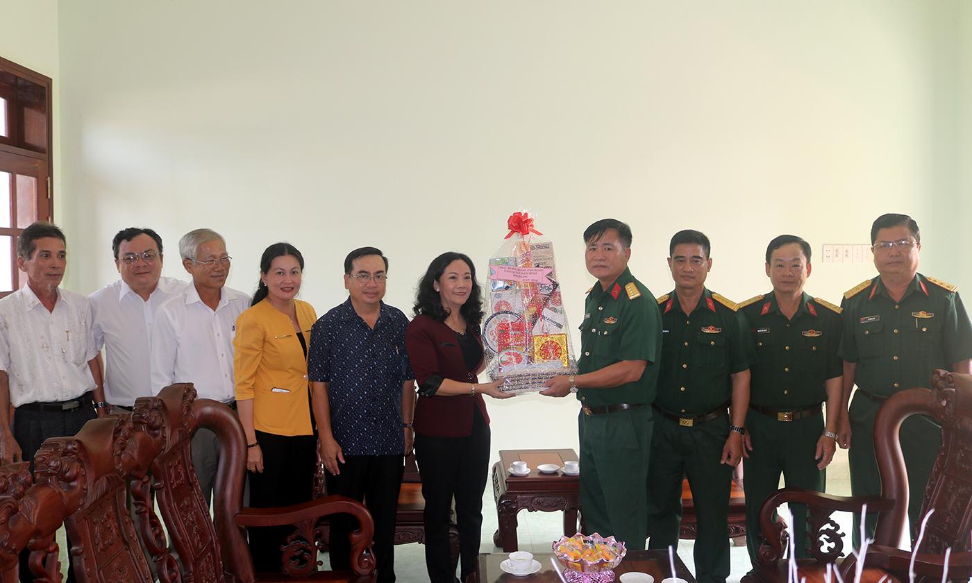 Đồng chí Nguyễn Thị Sáng chúc tết Trường Quân sự địa phương.