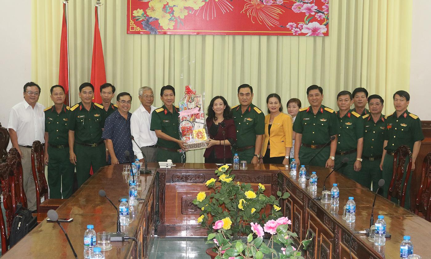 đồng chí Nguyễn Thị Sáng chúc tết Bộ Tư lệnh Sư đoàn bộ binh 8 - Quân khu 9.