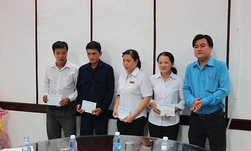 Công đoàn Viên chức Tiền Giang tặng quà tết cho cán bộ khó khăn