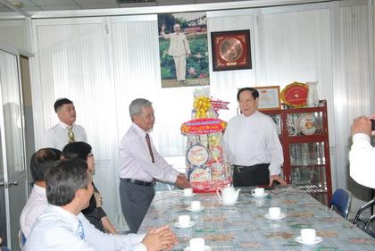 Trưởng Ban Dân vận Tỉnh ủy Trần Long Thôn trao quà Tết đến Linh mục Phạm Thanh Minh, Chủ tịch Ủy ban đoàn kết Công giáo tỉnh