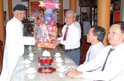 Trưởng Ban Dân vận Tỉnh ủy Trần Long Thôn trao quà Tết Ban đại diện Hội thánh Cao Đài Tiên Thiên