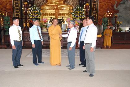 Trưởng Ban Dân vận Tỉnh ủy Trần Long Thôn chúc xuân tại Thiền viện Trúc Lâm Chánh Giác