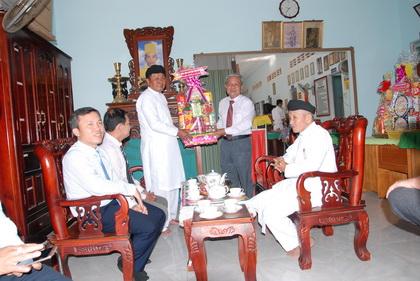 Trưởng Ban Dân vận Tỉnh ủy Trần Long Thôn trao quà Tết Ban đại diện Hội thánh Cao Đài Tây Ninh